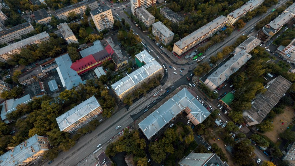 По улице Фрунзе нет большого транспортного потока, поэтому светофорный цикл на перекрестке в основном расчитан на пропуск транспорта по улице 8 Марта.