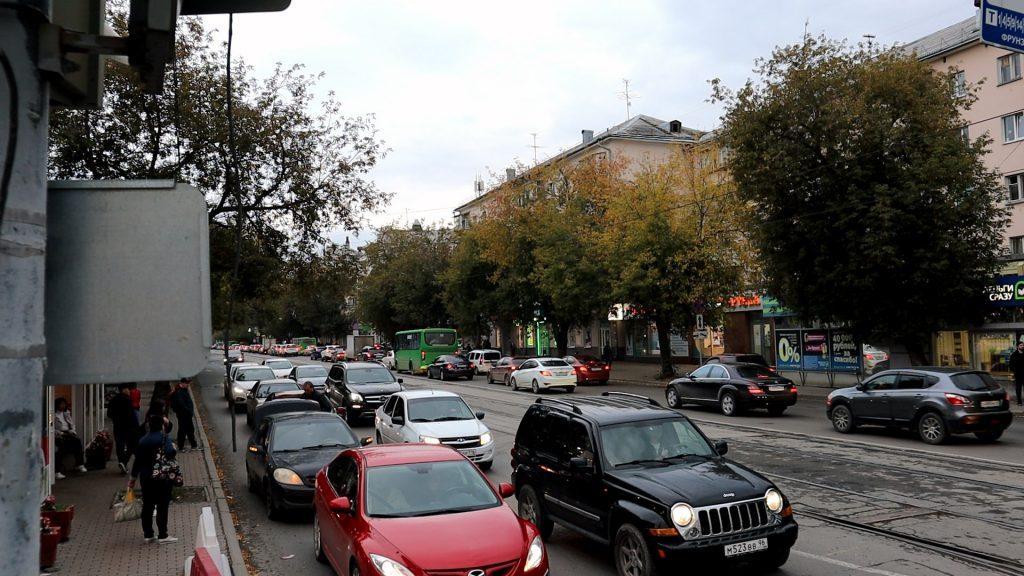 Хвост пробки перед Щорса иногда дотягивается до Фрунзе, но это не связано с остановками.
