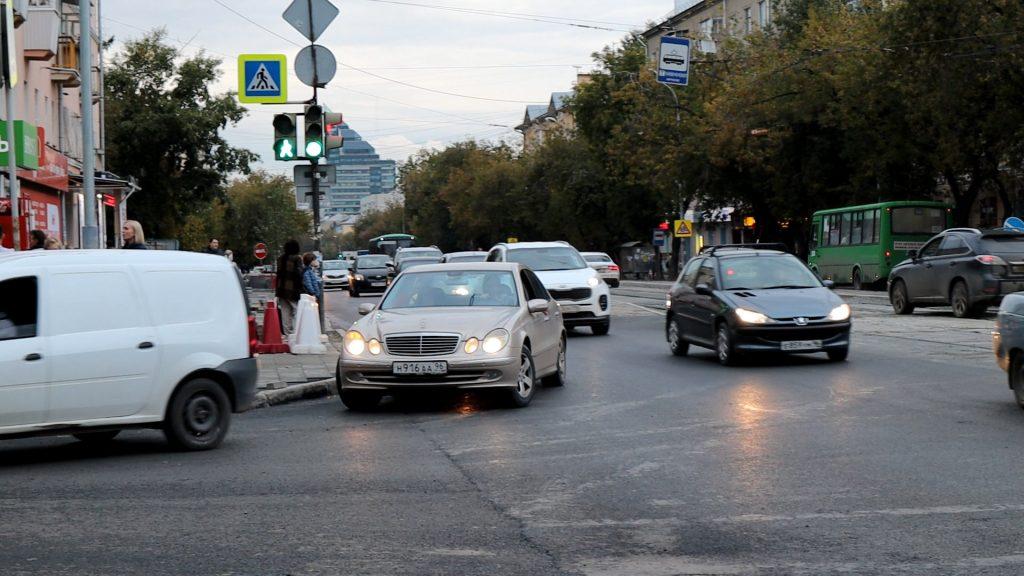 Машины, поворачивающие направо, тормозят основной поток.