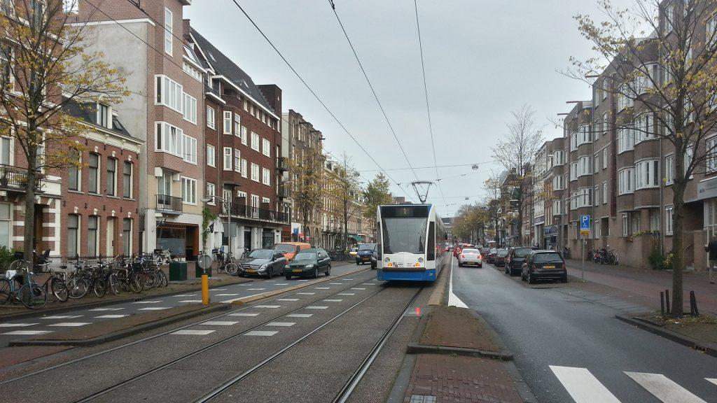 Овертум - одна из магистральных улиц Амстердама, где обособлены трамвайные пути и оставлено по одной полосы для машин в каждую сторону.