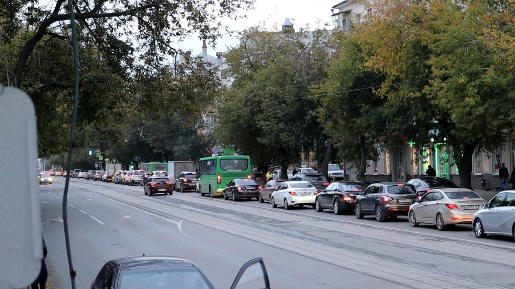 На улице 8 Марта слишком много автотранспорта.