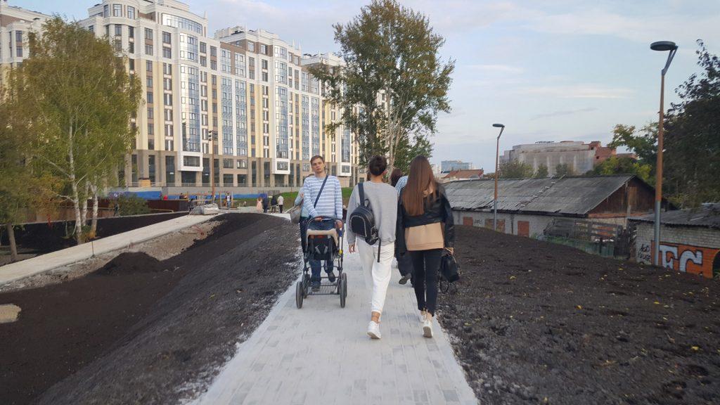 Дорожка между улицами Радищева и Карла Маркса получилась издевательски узкой.