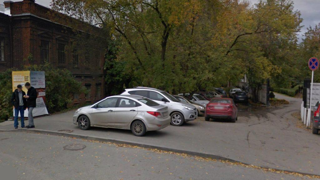 В том самом месте, откуда, во избежание повреждения коллектора, убрали пешеходную дорожку, много лет парковались машины.
