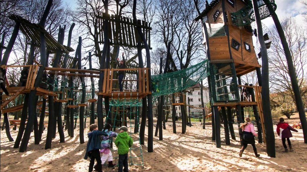 """Муниципалитет, скорее всего, не сможет позволить себе """"дизайнерскую"""" детскую площадку из-за ограничений госзакупок, а вот частный спонсор - сможет."""