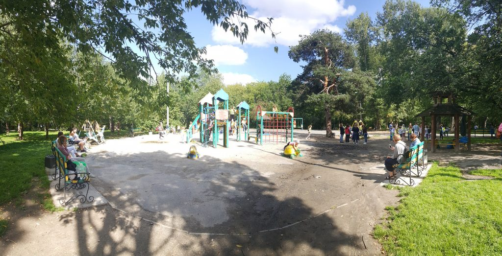 Детские площадки - это шумные места. Поэтому в парке их лучше локализовывать в одном месте.