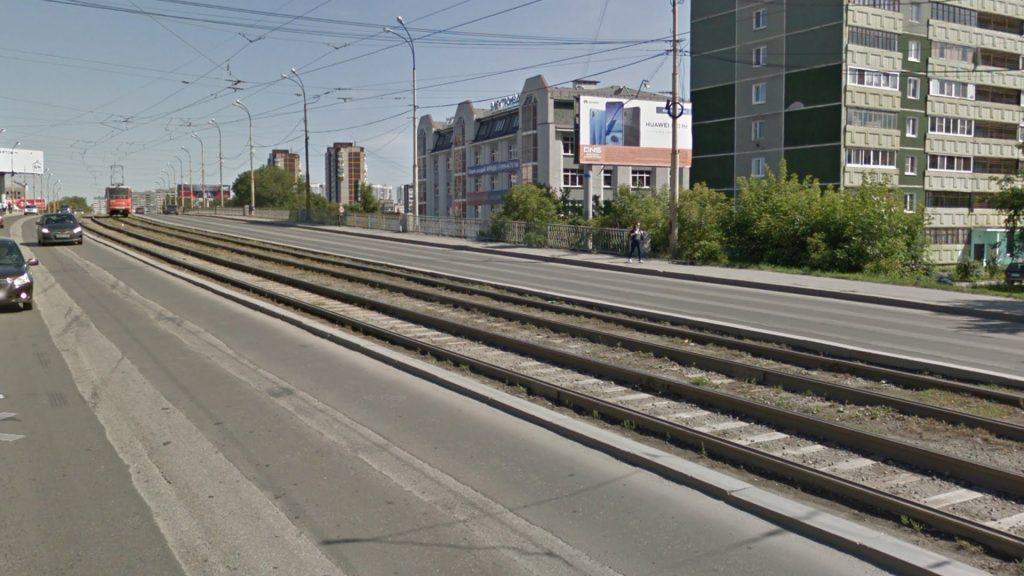 Обособление с открытой рельсо-шпальной решеткой на улице Малышева.