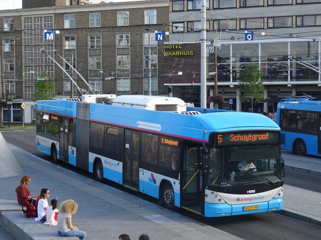 Современный швейцарский троллейбус Hess на линии в Арнхеме, Нидерланды