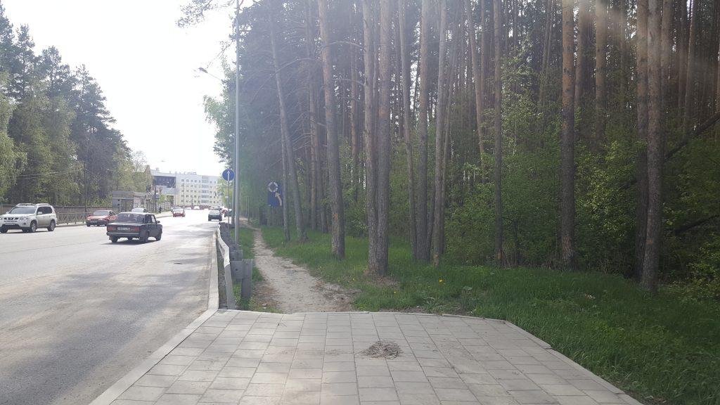 Во многих местах тротуары просто обрываются и не начинаются снова на протяжении сотен метров.