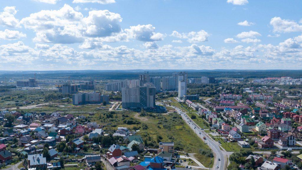 Вид на улицу Светлореченскую и жилую застройку Широкой Речки