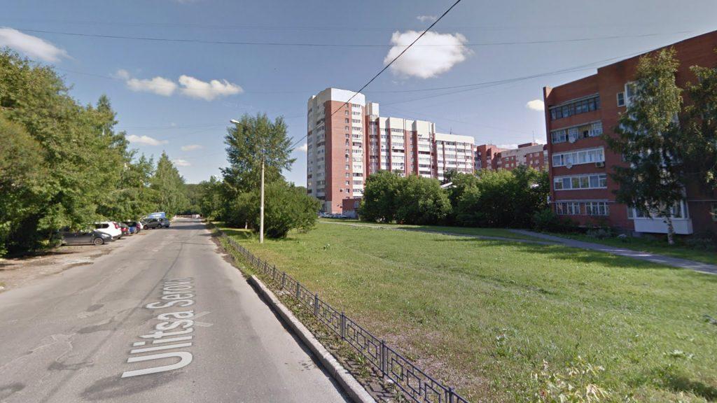 Большое расстояние между домами на улице Серова связано с тем, что по этой улице планировали проложить трамваную линию.