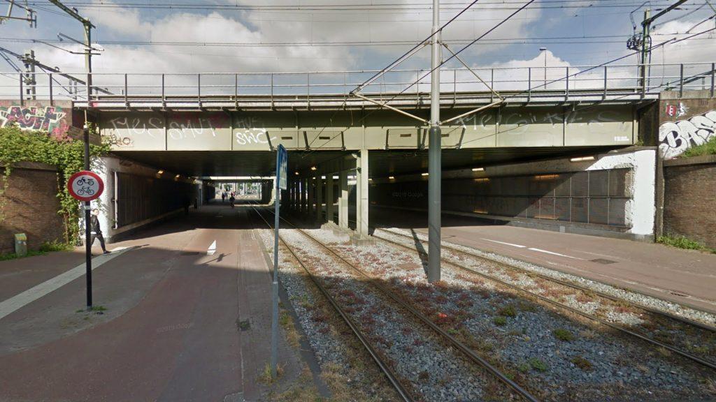 Тоннель под железной дорогой для трамваев, пешеходов и велосипедистов в Амстердаме