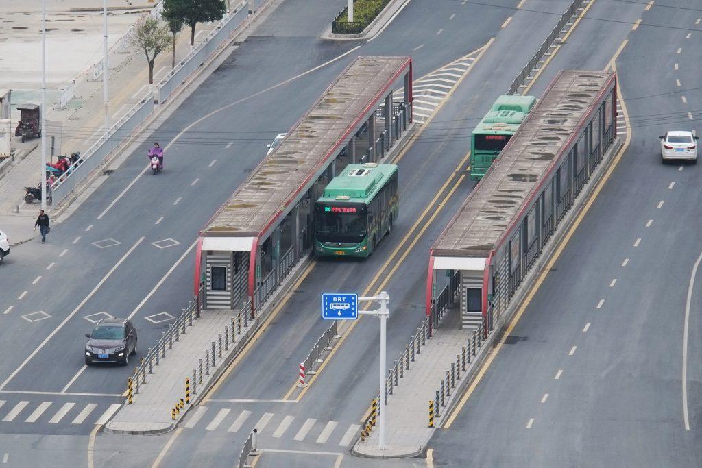 Выделенная прозжая часть для автобусов и остановки трамвайного типа в Чжэнчжоу, Китай