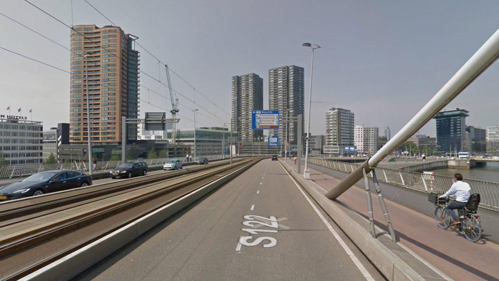 """Современный мост: трамвайная линия по центру, велодорожки и комфортные тротуары по сторонам. Модель для будущего путепровода у """"Калины""""."""